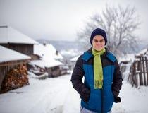 Muchacho del adolescente en el campo el invierno Foto de archivo