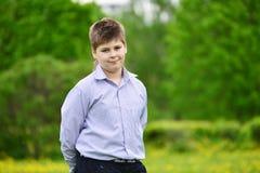 muchacho del adolescente en el parque de la primavera Foto de archivo