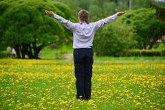 muchacho del adolescente en el parque de la primavera Fotos de archivo libres de regalías