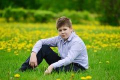 muchacho del adolescente en el parque de la primavera Imagenes de archivo