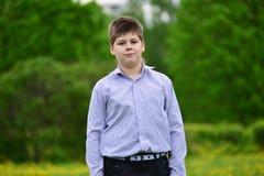 muchacho del adolescente en el parque de la primavera Fotografía de archivo libre de regalías