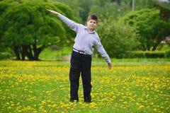 muchacho del adolescente en el parque de la primavera Imagen de archivo libre de regalías
