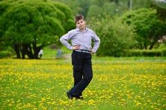 muchacho del adolescente en el parque de la primavera Foto de archivo libre de regalías