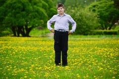 muchacho del adolescente en el parque de la primavera Fotografía de archivo