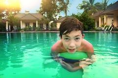 Muchacho del adolescente en la piscina del aire abierto i Foto de archivo libre de regalías