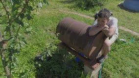 Muchacho del adolescente en la yarda de la casa de campo almacen de metraje de vídeo
