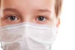 Muchacho del adolescente en máscara quirúrgica Fotos de archivo