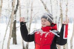 Muchacho del adolescente en parque del invierno Fotografía de archivo libre de regalías