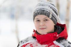 Muchacho del adolescente en parque del invierno Fotos de archivo