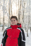 Muchacho del adolescente en parque del invierno Fotos de archivo libres de regalías