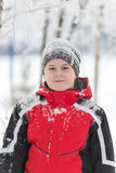 Muchacho del adolescente en parque del invierno Imagenes de archivo