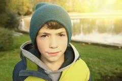 Muchacho del adolescente en parque del otoño en sombrero verde hecho punto Imágenes de archivo libres de regalías