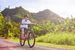 Muchacho del adolescente en paseo de la bici Foto de archivo libre de regalías