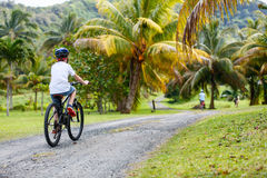 Muchacho del adolescente en paseo de la bici Imagen de archivo libre de regalías