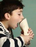 Muchacho del adolescente que come el rollo de la comida rápida Imagen de archivo libre de regalías