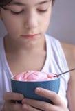 Muchacho del adolescente que come el yogur Imagen de archivo libre de regalías