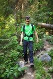 Muchacho del adolescente que despierta a través de un rastro del bosque Imagenes de archivo