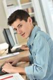 Muchacho del adolescente que estudia en clase Imagen de archivo libre de regalías
