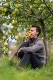 Muchacho del adolescente que muerde una manzana Foto de archivo