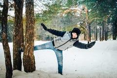 Muchacho del adolescente que se divierte en bosque del invierno Imagen de archivo