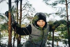 Muchacho del adolescente que se divierte en bosque del invierno Fotos de archivo libres de regalías