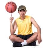 Muchacho del adolescente que se sienta con baloncesto Fotos de archivo