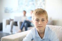 Muchacho del adolescente que se sienta en casa Foto de archivo libre de regalías