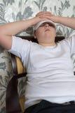 Muchacho del adolescente que se sienta en una silla en sala de estar Fotos de archivo