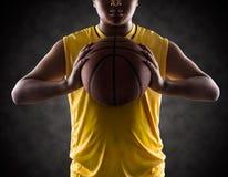 Muchacho del adolescente que sostiene una bola de la cesta Imagen de archivo