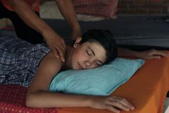 Muchacho del adolescente que tiene masaje tailandés asiático Imagenes de archivo