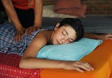 Muchacho del adolescente que tiene masaje tailandés asiático Foto de archivo