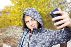 Muchacho del adolescente que toma el selfie con el móvil Fotografía de archivo