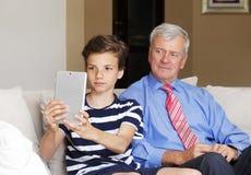 Muchacho del adolescente y su abuelo Fotos de archivo libres de regalías