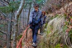 Muchacho del adolescente y su caminar de la madre Fotografía de archivo libre de regalías