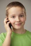 Muchacho del adolescente y teléfono móvil Fotografía de archivo