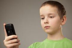 Muchacho del adolescente y teléfono móvil Fotos de archivo
