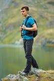 Muchacho del caminante por el lago Foto de archivo