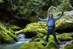 Muchacho del caminante por el río Foto de archivo libre de regalías