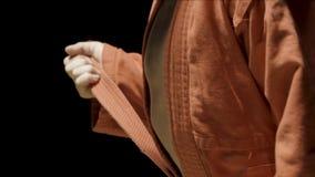 Muchacho del deportista en un kimono rojo para el judo El muchacho pone un kimono rojo con objeto del entrenamiento o del entrena Imagenes de archivo