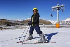 Muchacho del esquí con la máscara y el casco de esquí Imágenes de archivo libres de regalías