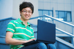 Muchacho del estudiante con la computadora portátil Fotografía de archivo