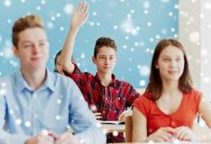 Muchacho del estudiante que aumenta la mano en la lección de la escuela Imagen de archivo libre de regalías