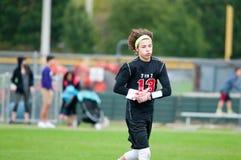 Muchacho del fútbol de la juventud con el pelo largo Fotos de archivo