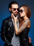 Muchacho del inconformista y muchacha barbudos de la belleza con el tatuaje Imagen de archivo libre de regalías