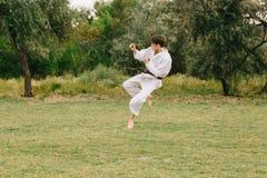 Muchacho del karate en la acción Entrenamiento del judo en un fondo del parque Concepto que lucha Copie el espacio Imagenes de archivo