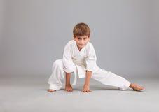 Muchacho del karate en la lucha blanca del kimono Fotos de archivo