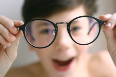 Muchacho del niño del adolescente en vidrios de la corrección de la miopía Fotografía de archivo