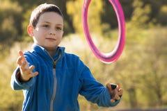 Muchacho del niño con el disco volador Imagen de archivo libre de regalías