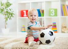 Muchacho del niño con el fútbol interior Fotografía de archivo libre de regalías