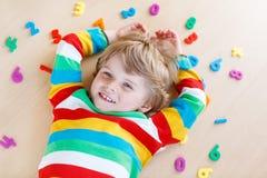 Muchacho del niño con los números coloridos, interiores Foto de archivo libre de regalías